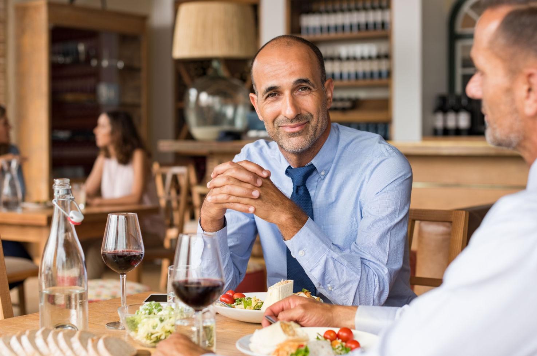 Primo appuntamento tra due uomini gay single pranzano insieme